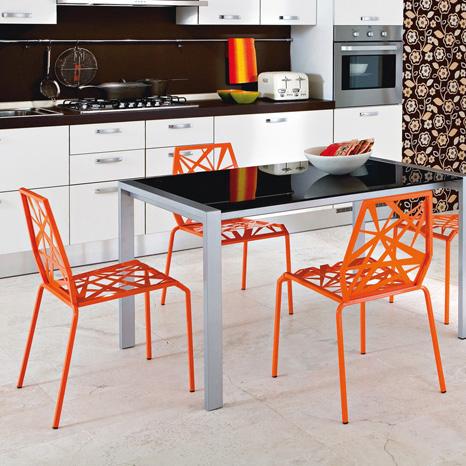 Idei simple pentru o bucatarie mai vesela: scaune coloarte - Poza 1