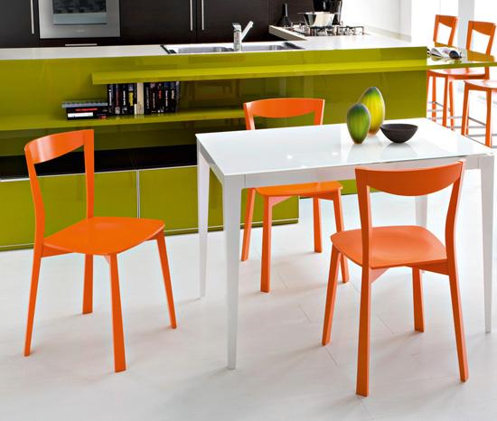 Idei simple pentru o bucatarie mai vesela: scaune coloarte - Poza 2