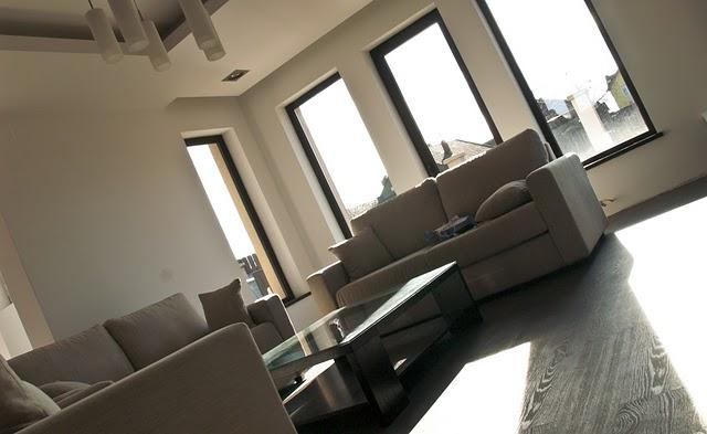 Spatii largi, design interior aerisit: un ansamblu dining-living reusit. Galerie foto - Poza 1